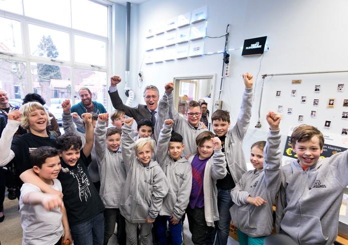 Burgemeester John Jorritsma vorig jaar bij Tech Playground, waar kinderen spelenderwijs kennis kunnen maken met techniek.