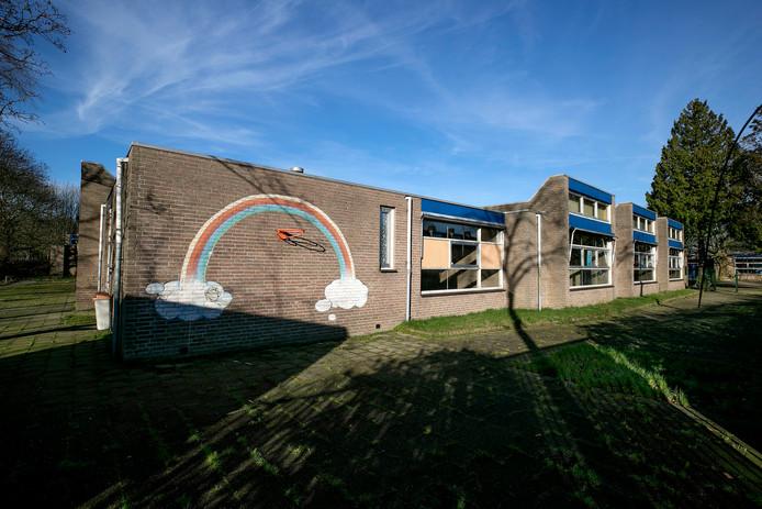 Eindhoven exterieur van oude internationale school die bewoners krijgt. Ook gaan buurtbewoners er activiteiten organiseren