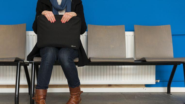 Een jonge vrouw in de wachtkamer van het UWV. Beeld anp