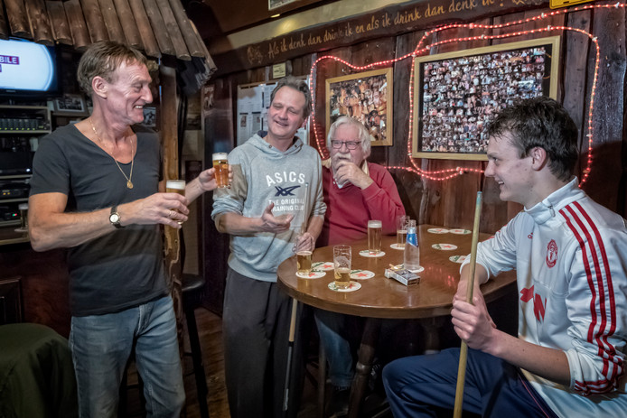 Uitbater Herman den Haag komt zijn gasten een biertje bezorgen.
