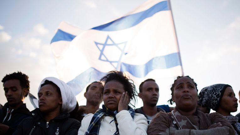 Afrikaanse migranten demonstreren bij het detentiecentrum Holot. Beeld reuters
