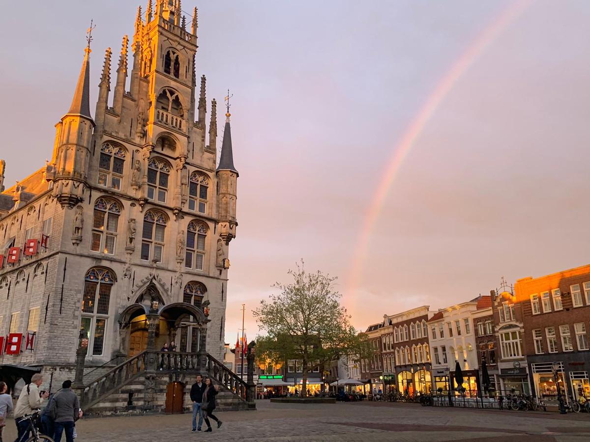 Achter de Goudse Waag was een dubbele regenboog te bewonderen.