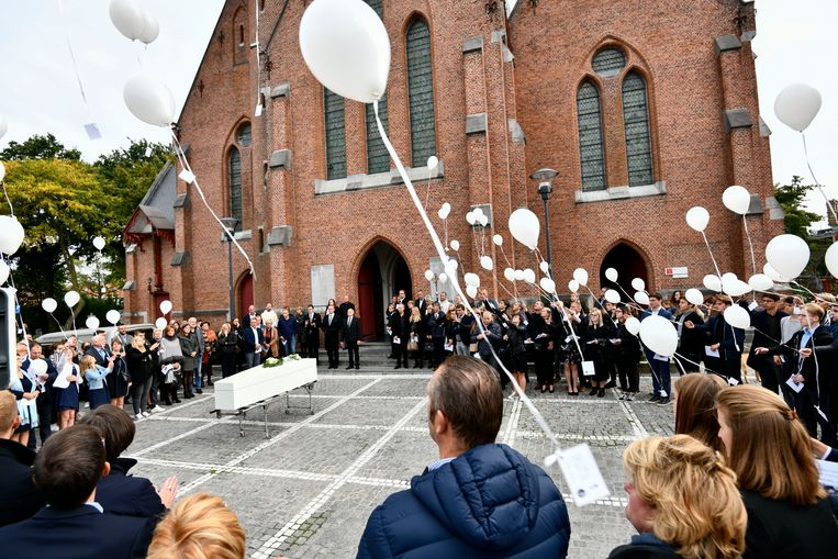 Buiten de kerk werden witte ballonnen opgelaten.