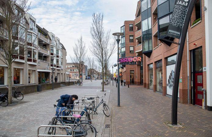 Doorkijkje richting de Hoofdstraat van Veenendaal. De fietsnietjes op de foto zijn vorige week verwijderd.