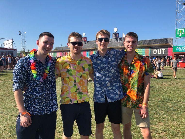 """Liam (19), Paul (19), Ted (19) en Chris (19) uit Manchester dragen gewoon vier dagen dezelfde kleurrijke zomer T-shirts. """"Vier dagen in thema van de hittegolf"""", aldus de mannen uit Engeland."""