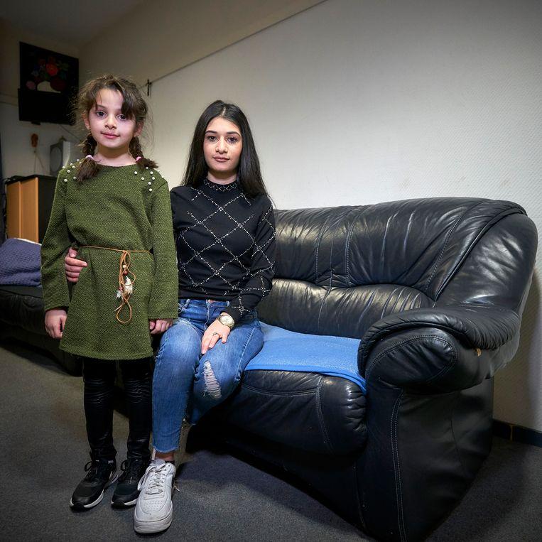 Areknaz met haar zusje.  Beeld Phil Nijhuis