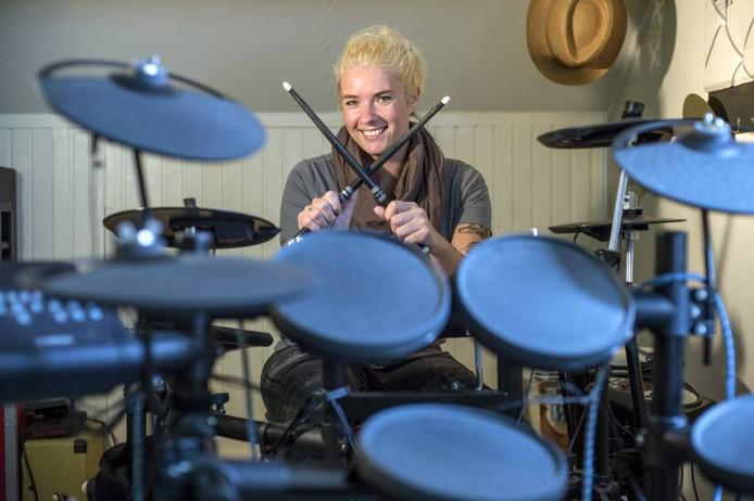 Tamara Wisse-Van der Wel combineert haar werk als psycholoog met haar passie voor drummen. foto mechteld jansen