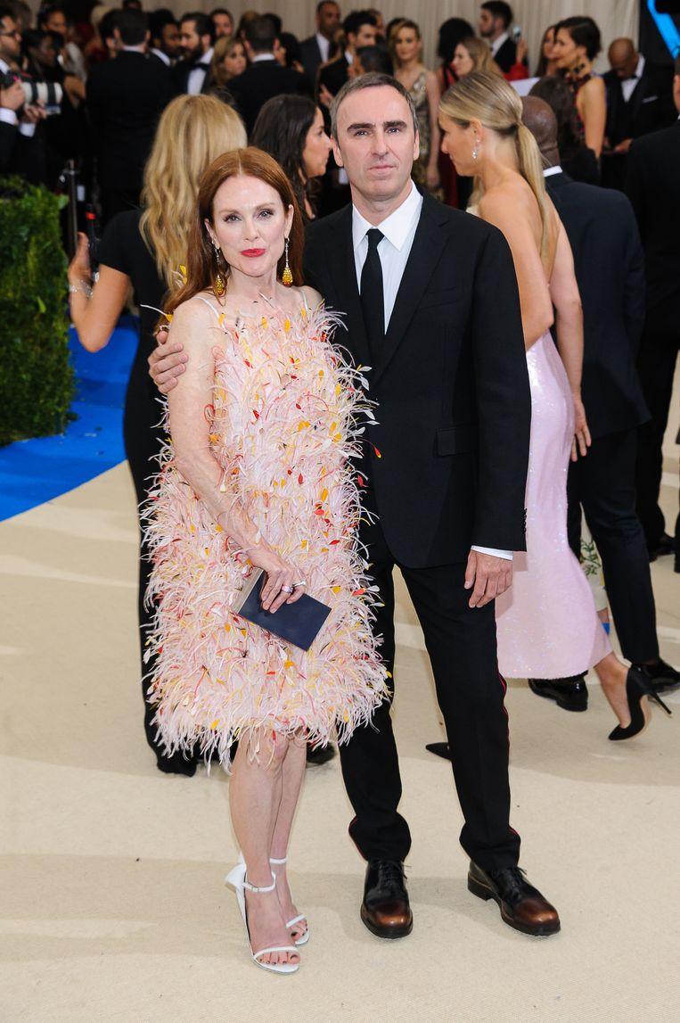 Julianne Moore poseert hier samen met Raf Simons op het Metropolitan Museum of Art Costume Institute Benefit Gala in 2017.