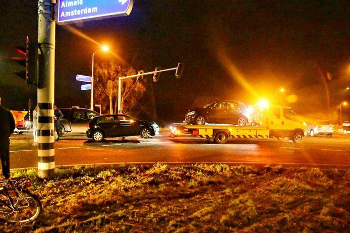 De twee total loss geraakte auto's zijn weggesleept door een bergingsbedrijf.