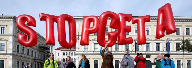 Demonstranten protesteren voor het Beierse Ministerie van Binnenlandse Zaken in München tegen het CETA-vrijhandelsverdrag op 14 oktober 2016. Beeld null
