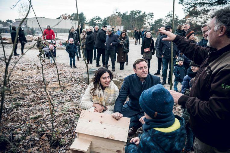 Vlaams minister van Omgeving Zuhal Demir en burgemeester Bob Nijs plaatsen samen een egelhuisje.