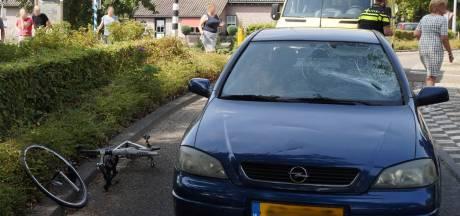 Wielrenner geschept door auto bij oversteekplaats in Sprang-Capelle