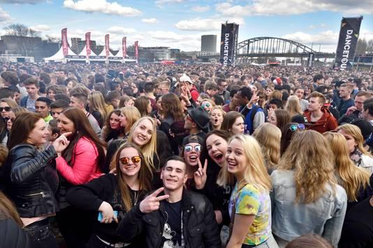 Een grote mensenmenigte op de been bij de Dancetour.