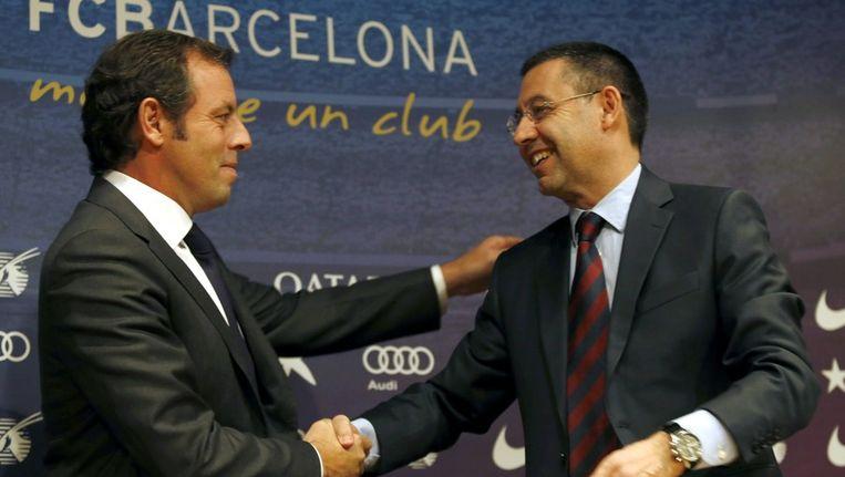 Rosell (l) wenst zijn opvolger Bartomeu succes op een persconferentie vandaag in Camp Nou.
