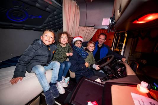 Ronald Veldhuizen met zijn kinderen Noor en Bjorn. Simone Drenten met dochter Lissa.