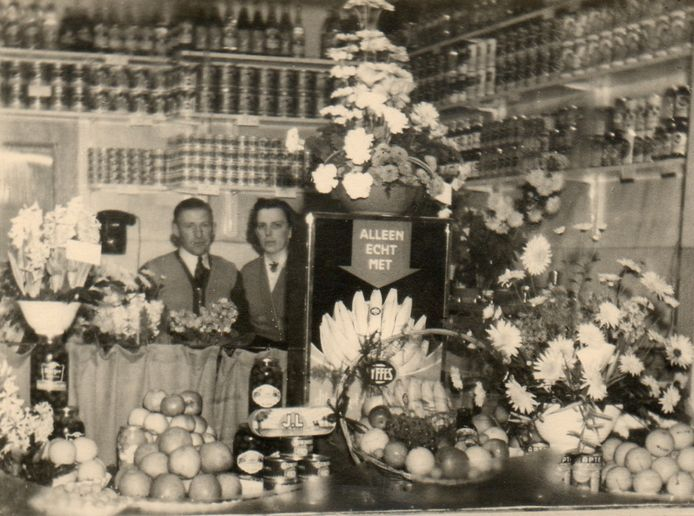 Een toonbank vol bloemen en fruit. In 1950 opende het echtpaar Vreekamp een groente- en fruitwinkel in de Van Bemmelstraat 11-13. In 1983 werd de winkel gesloten. Zoon Henk was jarenlang op de wekelijkse markt op de Hof te vinden. Vorig jaar ging hij met pensioen.