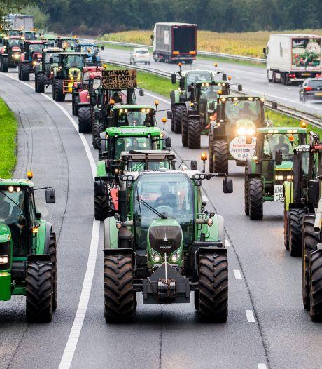 Boeren blokkeren distributiecentra AH en Aldi in Zaandam