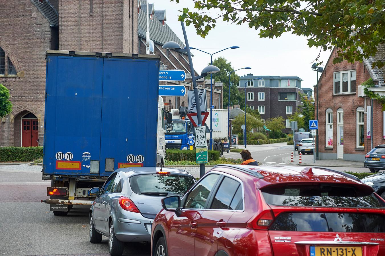 Verkeersdrukte bij de rotonde bij de kerk Boekel met doorgaand verkeer van Erp naar Venhorst.