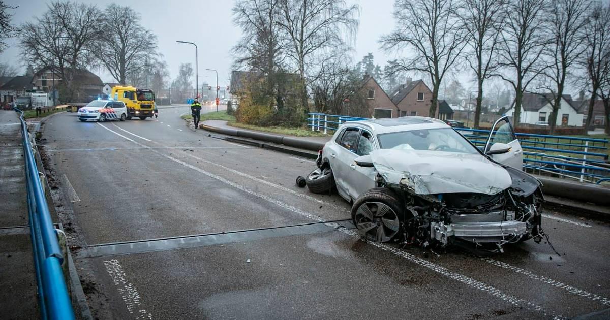 N348 dicht door ongeval: 'Het is een wonder dat er geen fietsers gewond zijn geraakt'.