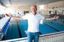 Jac Eekhof in een vanwege de coronacrisis leeg Batensteinbad in Woerden. Hij is er nog niet uit hoe het zwemmen op anderhalve meter afstand van elkaar moet worden geregeld.
