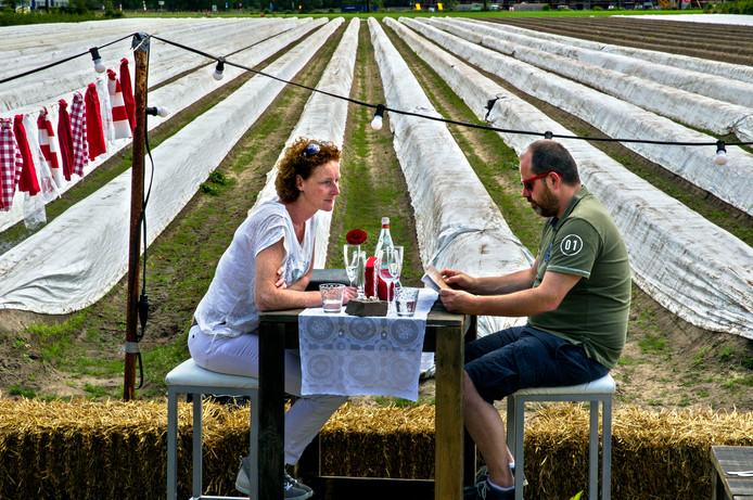 Eten tussen de aspergevelden: Raaijmakers Hoeve opent al jaren in het voorjaar een tijdelijk aspergerestaurant.