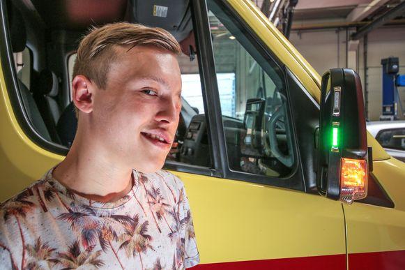 Joeri Verbeeck uit Heule raakte in april 2015 ernstig gewond bij een dodehoekongeval in Kuurne. Om lotgenoten in de toekomst van dergelijke ongevallen te besparen kwam hij op het idee van een extra rood en groen licht op de zijspiegel.