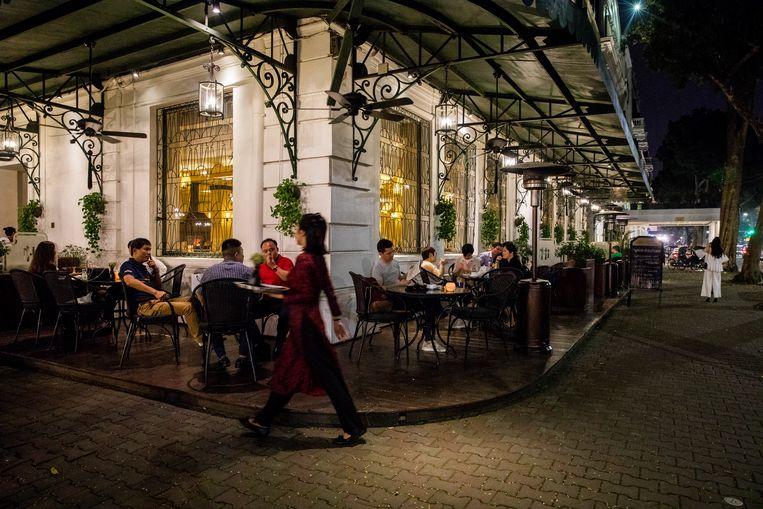 Het terras van Sofitel Legend Metropole in Hanoi. Beeld Marie Wanders