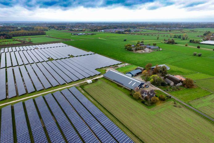 Boerenorganisatie LTO maakt zich zorgen over de toename van zonnepanelen op landbouwgrond, zoals hier in Wilp.