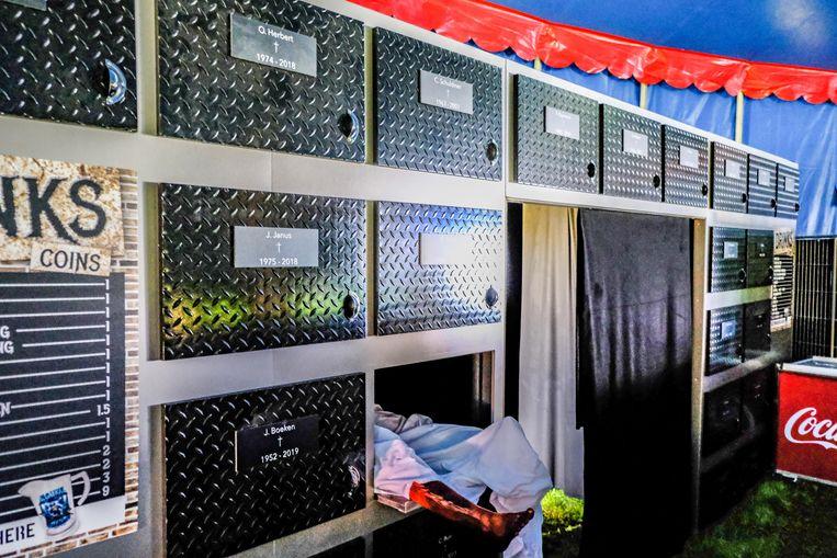 In de luguber aangeklede tent La Morgue staat een kast, waar zogezegd lijken in lades liggen.