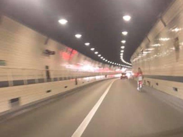 De fiets van de vrouw beschikte over een kinderzitje, maar de fietsster vervoerde geen kindje.