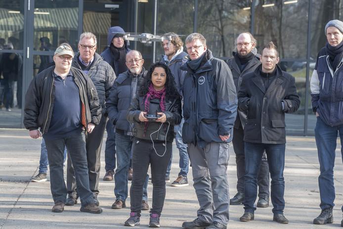 De informatiedag voor de opleiding dronepiloot bij space053 op vliegveld Twente  met Marlein Langenhof en naast haar instructeur Henk Ottens .