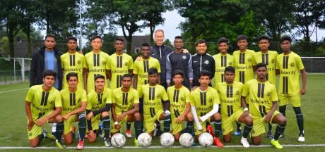 Voetballers uit Indiase sloppenwijken kijken hun ogen uit in Son