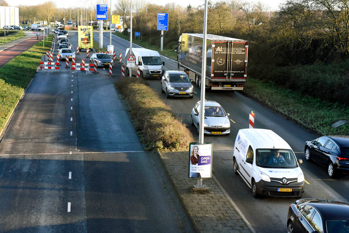 Vanwege de reconstructie van het kruispunt Hollandbaan-Waardsebaan moet het verkeer op de Wulverhorstbaan nu tijdelijk van vier naar twee rijbanen.