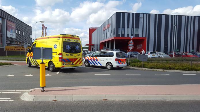 De aangereden wielrenner is met onbekend letsel naar het ziekenhuis gebracht.