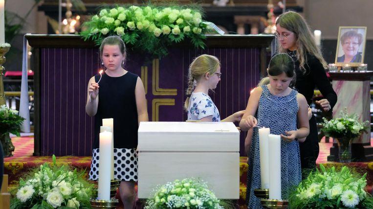 Enkele van de acht kleinkinderen van Gerda mochten de rouwkaarsen aansteken.