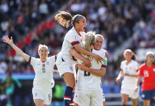 Mallory Pugh van de USA viert het doelpunt van Julie Ertz in de groepswedstrijd tegen Chili (3-0).