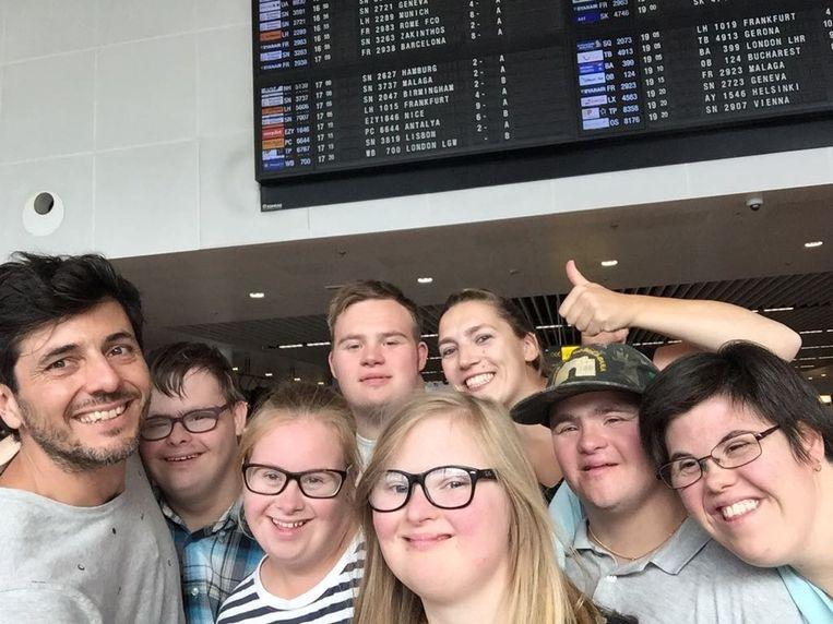 'Down the road': de groep op de luchthaven, net voor vertrek.