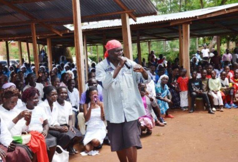 Rappende priester Paul Ogalo is door de katholieke kerk in Kenia voor een jaar geschorst.