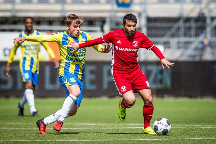 RKC Waalwijk - Almere City speelde zich veel rond de middenlinie af. Daan Rienstra van RKC probeert Yener Arica de voet dwars te zetten.