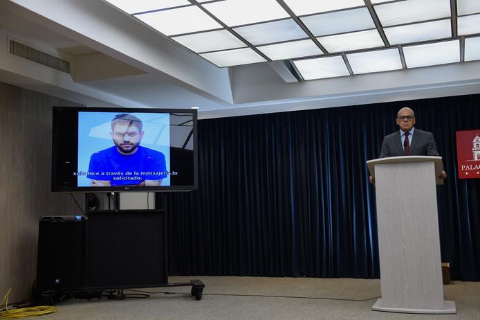 Communicatieminister Jorge Rodriguez (r) toont een video van een opgepakt oppositielid dat 'bekent' dat de opdrachtgevers voor de 'aanslag' op president Maduro in Colombia zitten.