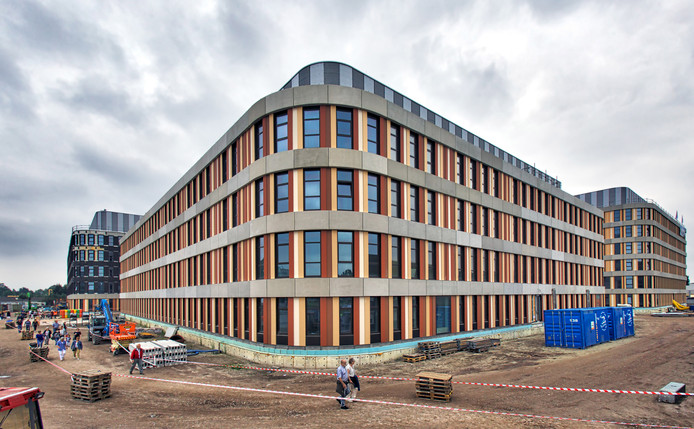 De nieuwbouw van het Amphia vordert gestaag. Toch is besloten in de vleugel waar de operatiekamers staan, het bouwplan aan te passen. 'Voortschrijdend inzicht', aldus het ziekenhuis.  Foto Johan Wouters / Pix4Profs