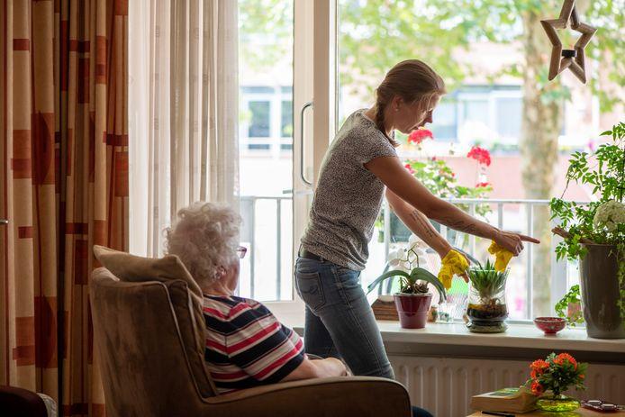 Een jonge vrouw werkt bij de thuiszorg. Ze verzorgt huishoudelijke taken bij een oudere mevrouw, die zo langer zelfstandig kan wonen.