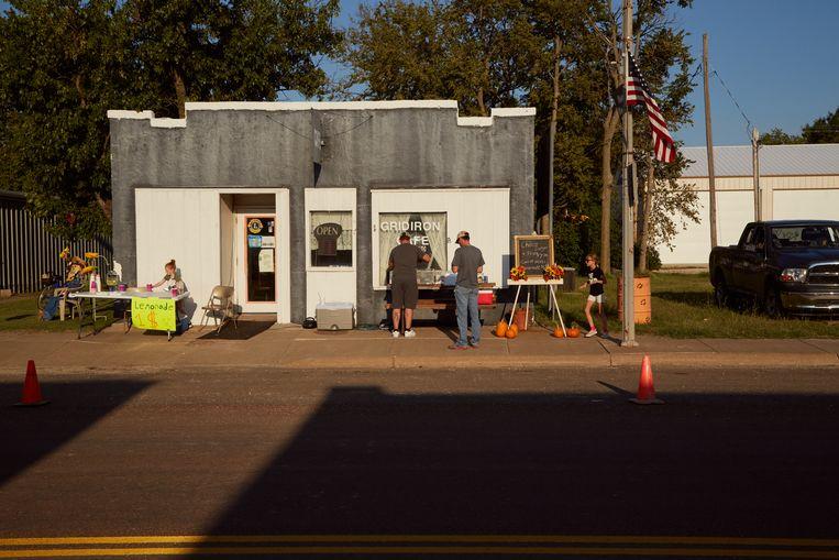 Inwoners van Hope in Kansas maken zich langs de hoofdstraat van het dorp op voor het jaarlijkse herfstfestival.  Beeld Sergio Avellaneda