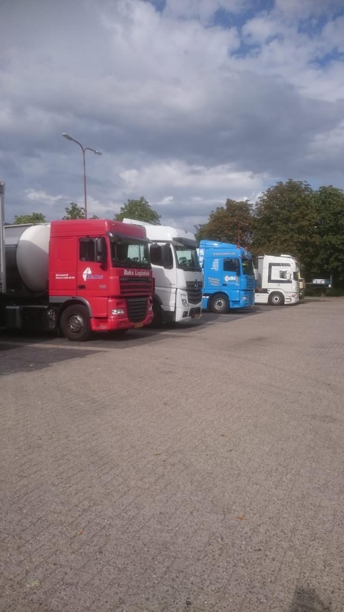 Vrachtwagens op de parkeerplaats langs de Montageweg in Nieuwegein.