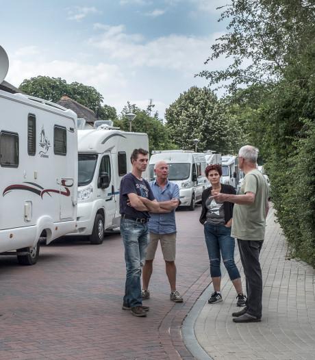 Chaos door draaiende campers op zoek naar goed plekje op de Vierdaagseroute in Groesbeek