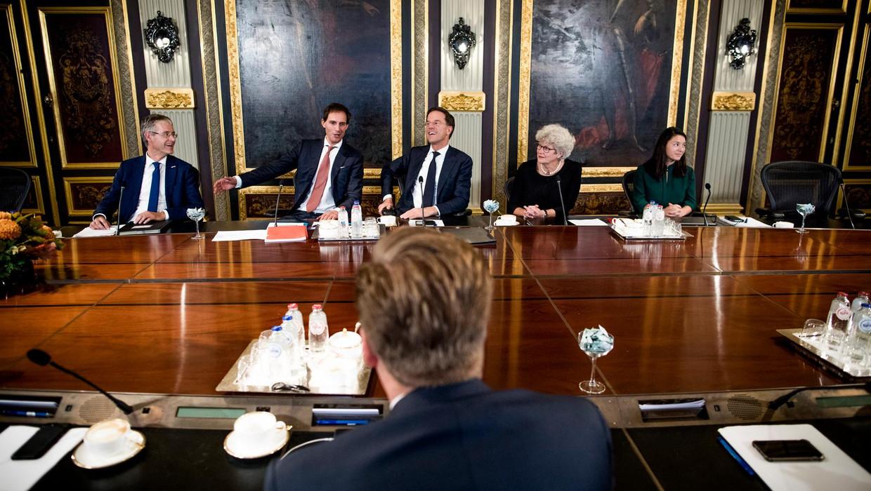 Hoe onbelangrijker een minister, hoe verder weg van Rutte | De ...