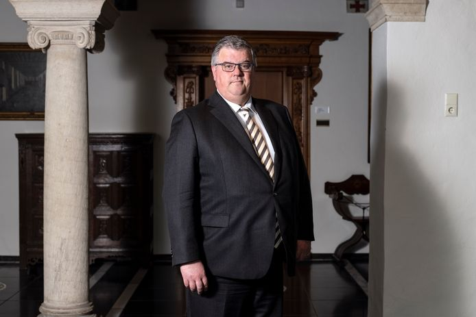 Burgemeester Hubert bruls van Nijmegen is voorzitter van Veiligheidsregio Gelderland-Zuid en voorzitter van het Veilgheidsberaad in de Schepenhal van het stadhuis van Nijmegen.
