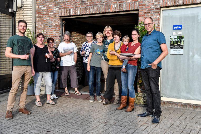 Voedselteam afhaalpunt Donkgemeenten en enkele van de klanten tijdens de opendeur