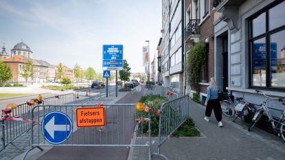 Voet- en fietspad afgesloten voor vallende brokstukken van appartementsgebouw