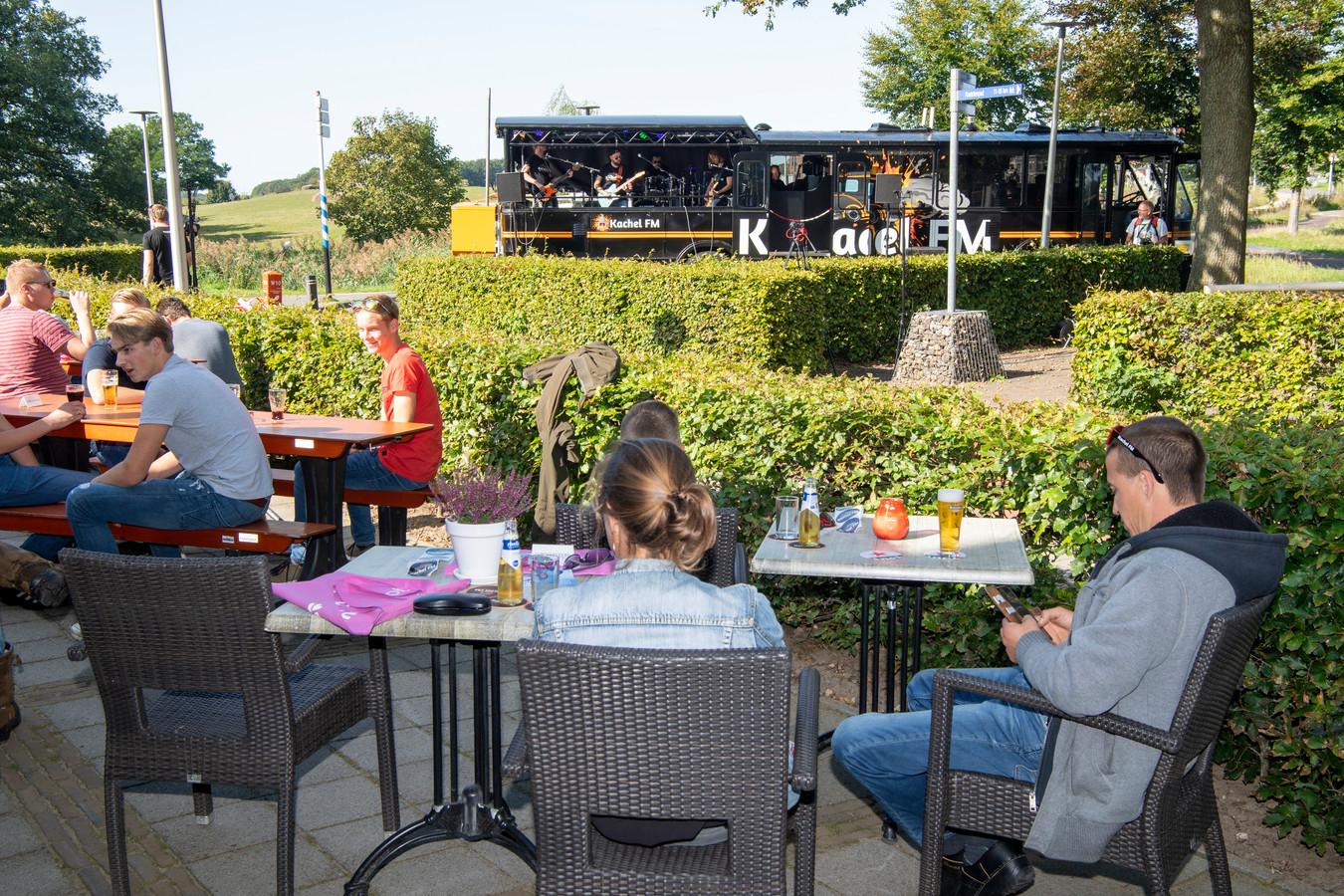 KachelFM toerde zaterdag door de gemeente Dalfsen met een eigen gepimpte bus.